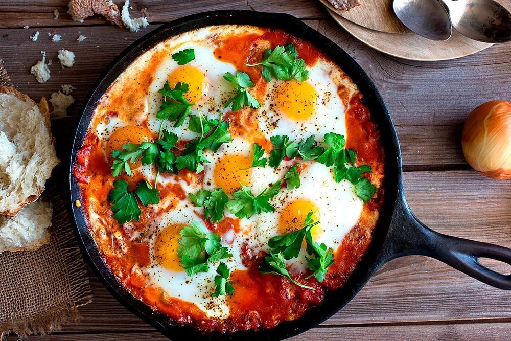 Яєчня з помідорами: рецепти з фото, калорійність страв
