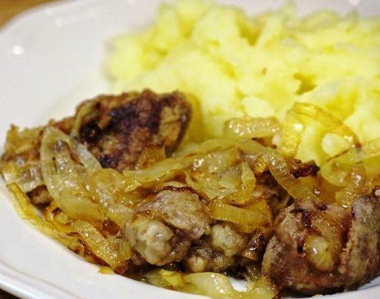 Печінка куряча, смажена з цибулею в сметані: рецепт з фото