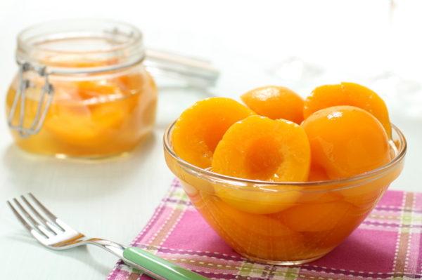 Персики у власному соку на зиму: рецепти консервації