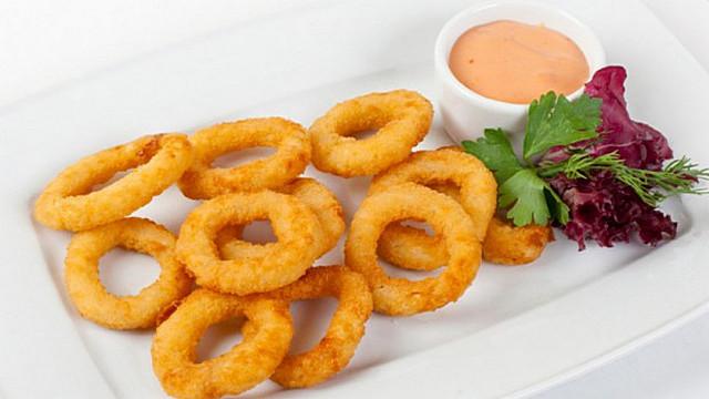 Цибульні кільця в клярі і соус до них: легкі рецепти з фото