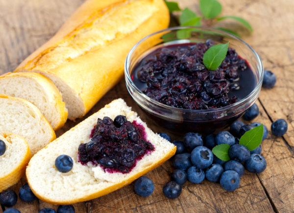 Чорниця з цукром на зиму без варіння: домашні рецепти з фото