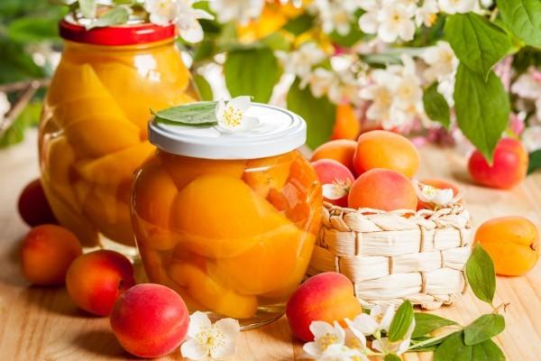 Компот з абрикосів на зиму: простий, з апельсином, з вишнею