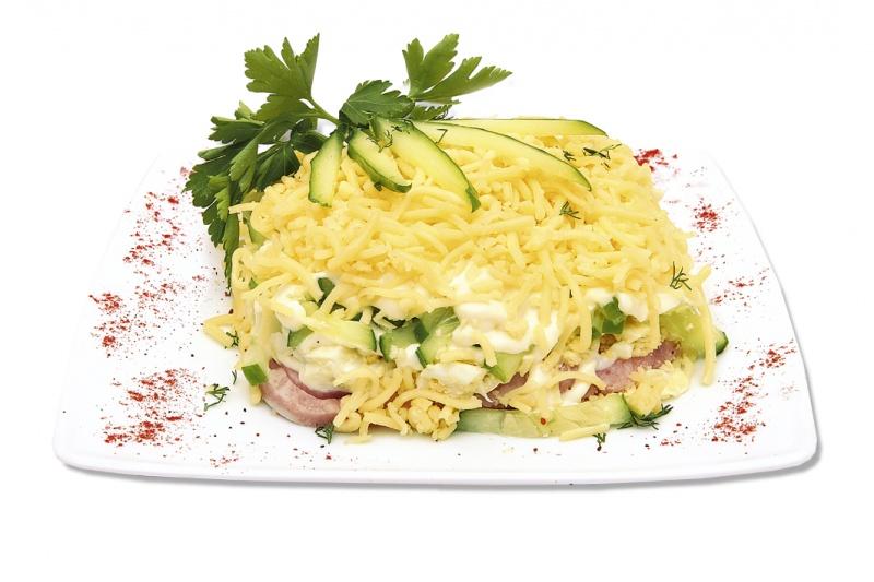 Салат з копченою ковбасою і свіжим огірком: рецепти з фото