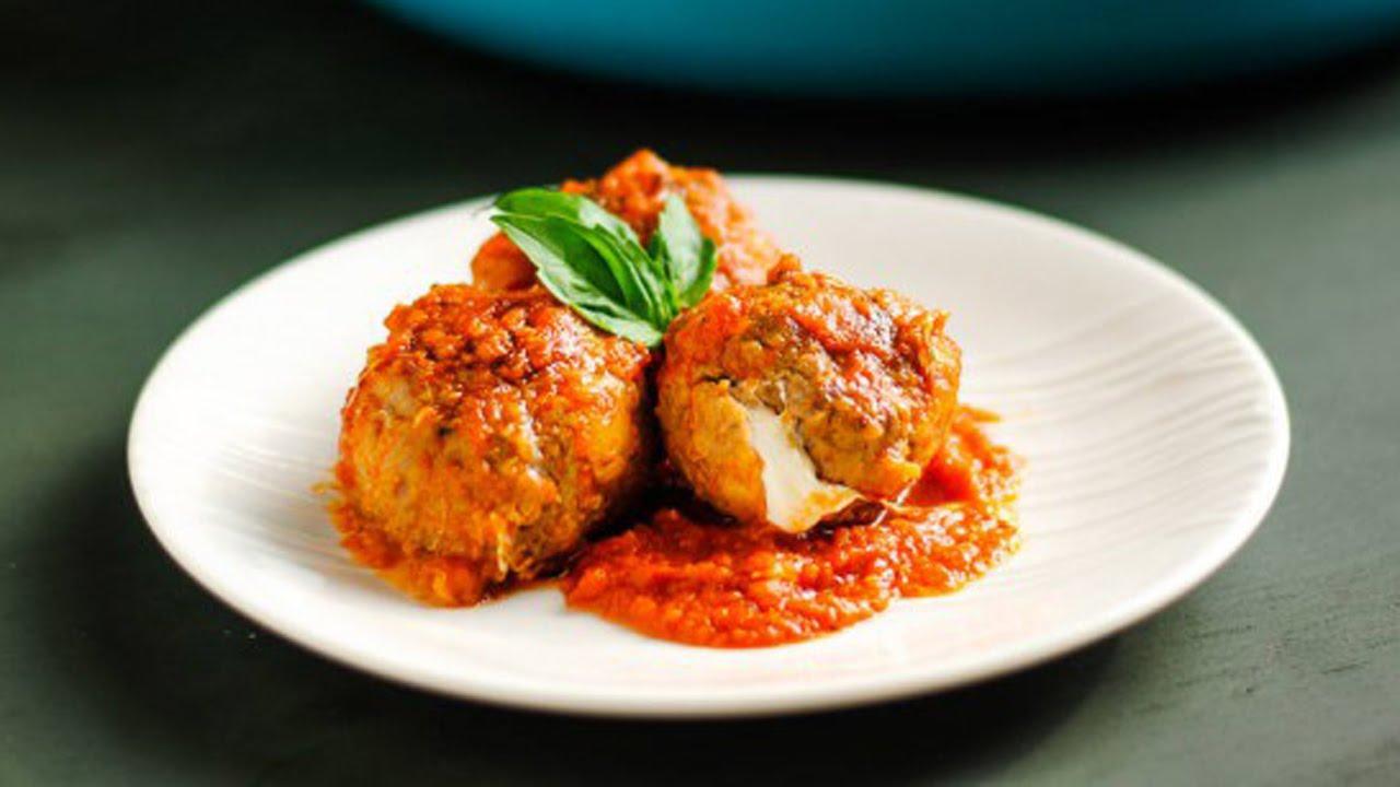 Фрикадельки в томатному соусі на сковороді і в духовці