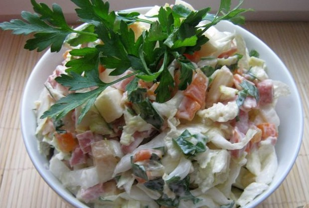 Салат з капустою і копченою ковбасою: покрокові рецепти