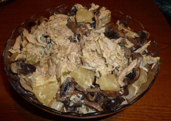 Салат з куркою, ананасами і грибами: покрокові рецепти