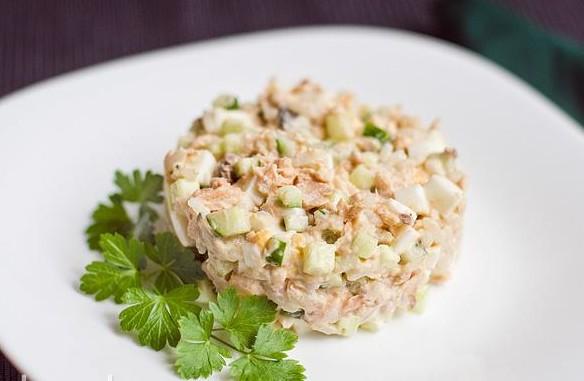 Салат з консервованої горбуші: покрокові рецепти з фото