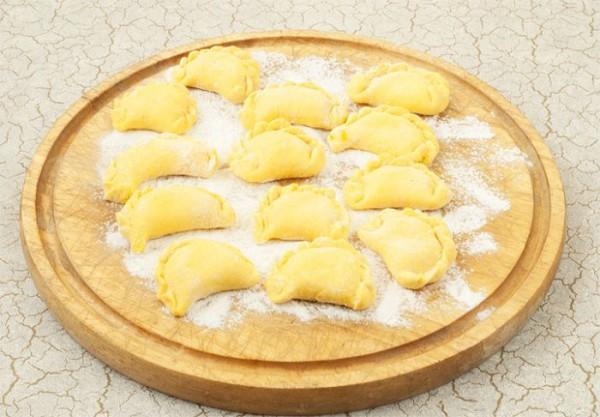 Заварне тісто для вареників з картоплею, сиром, вишнею