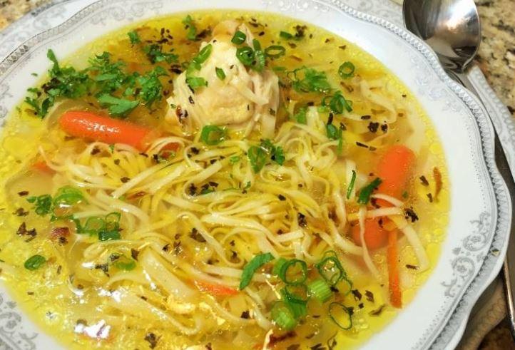 Який суп приготувати на обід: з курки, свинини і яловичини