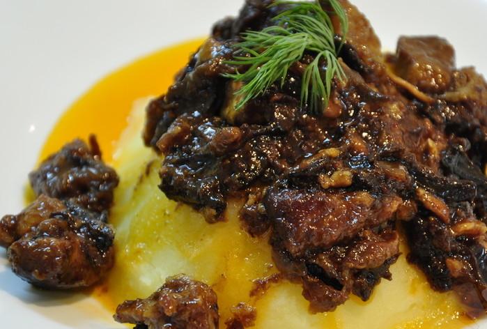 Тушковане м'ясо з чорносливом: прості рецепти з фото з кроків