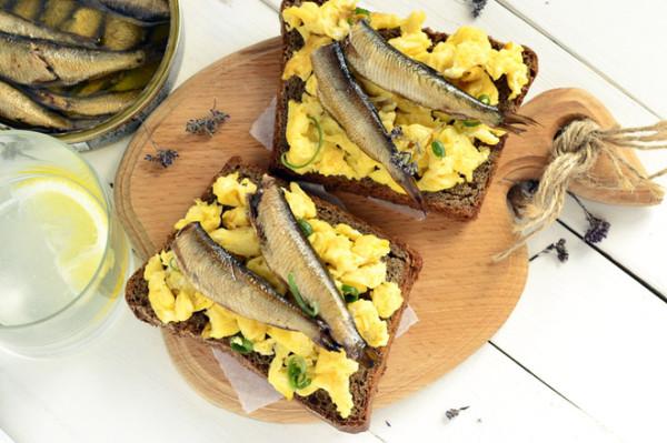Смачні бутерброди зі шпротами: рецепти з фото покроково