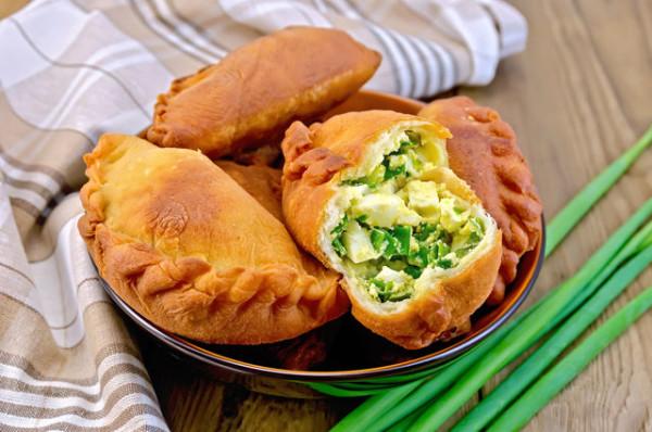Смажені пиріжки з цибулею і яйцем: покроковий рецепт з фото