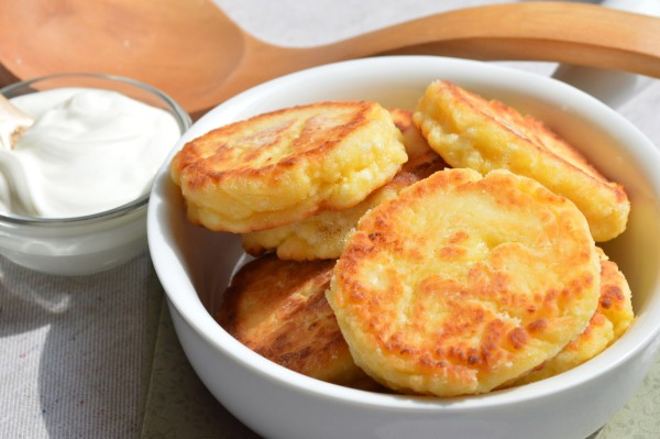 Пишні сирники з сиру: рецепт класичний і з манкою