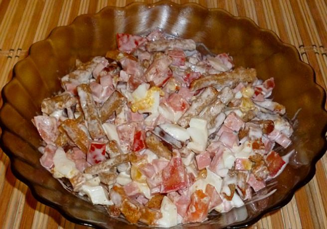 Салат з сухариками і ковбасою: оригінальні рецепти з фото